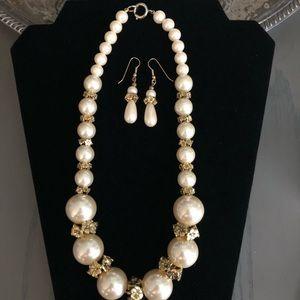 Beautiful Vintage pearl necklace & earrings
